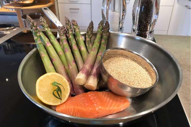 Wokgerecht met quinoa, asperges en zalm